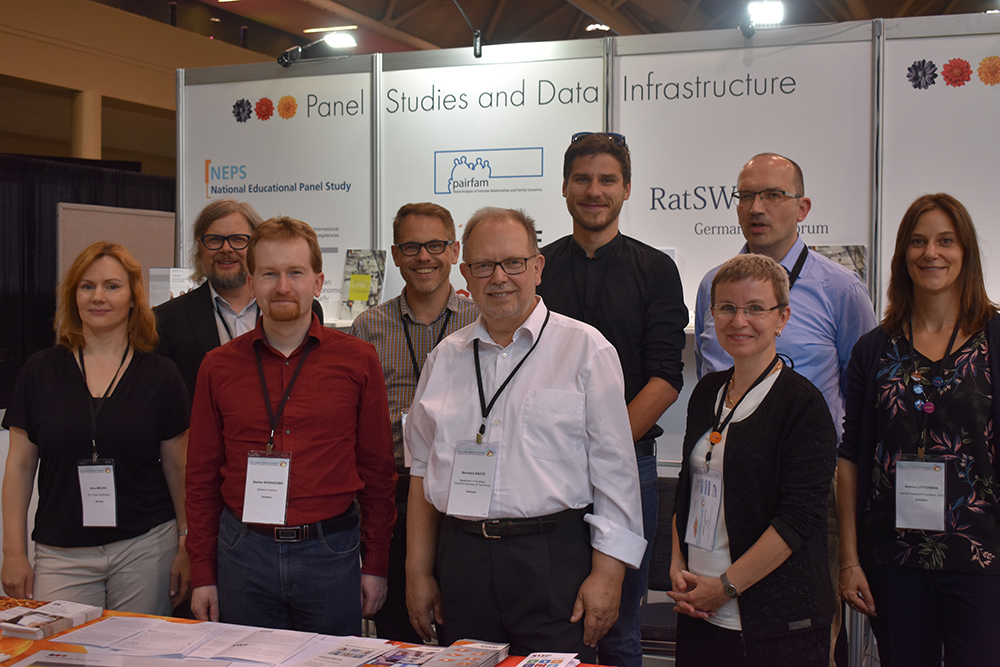 "Successful cooperation of panel studies in the social sciences and research institutions from the field of refugee and migration studies, and German research funding organizations at the information booth of ""Research in Germany"". (© DFG)"