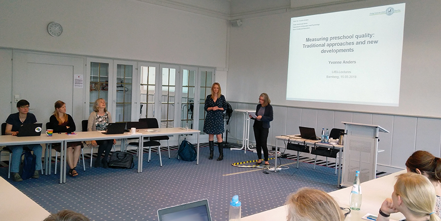 Prof. Dr. Sabine Weinert (right) welcomes Prof. Dr. Yvonnes Anders to LIfBi.