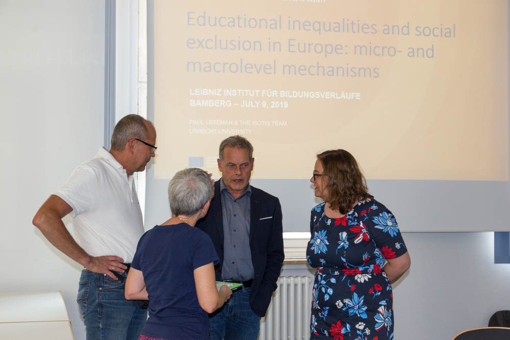 Prof. Dr. Paul Leseman (third from left) talking to Prof. Dr. Hans-Günther Roßbach, former LIfBi Director, Dr. Jutta von Maurice (second from left), Executive Director of Research, and Dr. Ilka Wolter, Head of Department 1
