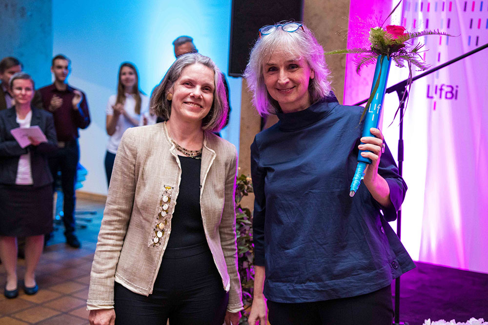Photo: Prof. Dr. Sabine Weinert (left) symbolically passed the flower-decorated baton to Prof. Dr. Cordula Artelt.